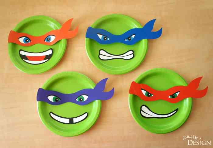 You know how I feel about paper plate projects!!! Loving these Teenage Mutant Ninja Turtles banner pieces from Moms & Munchkins . free printable